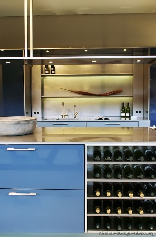 Modern blue kitchen cabinets pictures design ideas for Dark blue kitchen cabinets