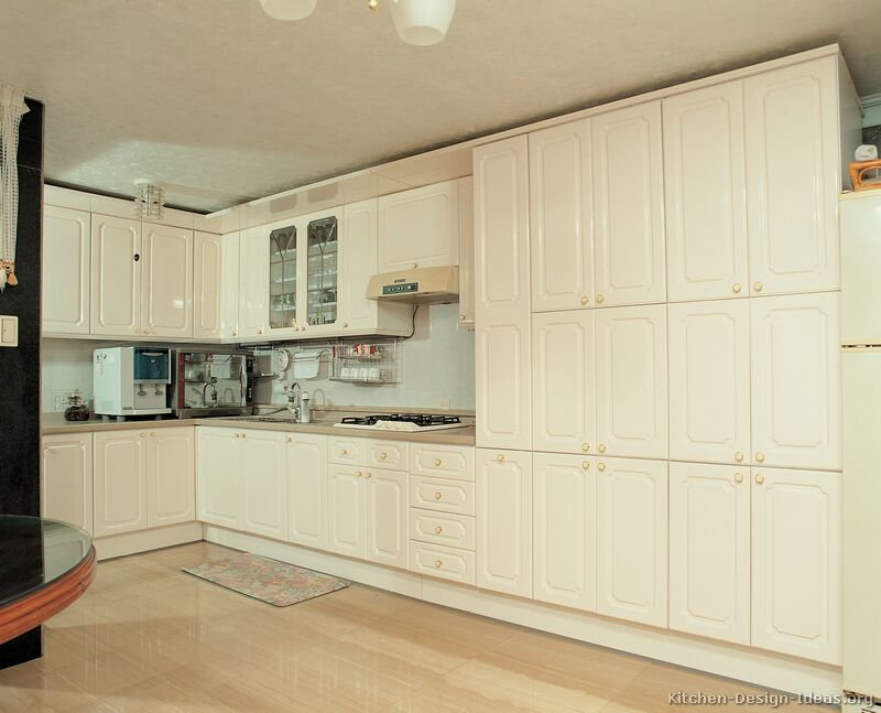 Pictures of modern cream kitchens for Cream kitchen cupboards