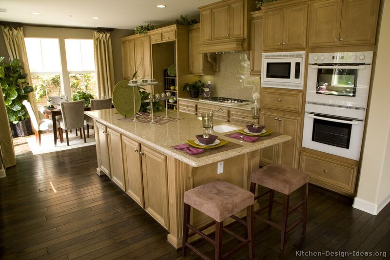 Charming Traditional Light Wood Kitchen