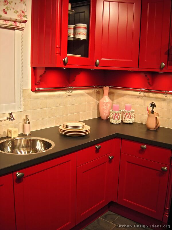 Vintage farmhouse color in the kitchen for Red and black kitchen backsplash